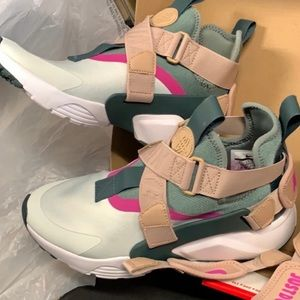 New Nike Huarache city w box women's 8